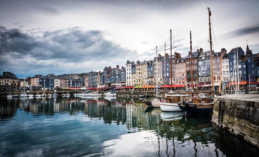 Dòng sông Seine hiền hòa chảy quanh thủ đô Paris nước Pháp