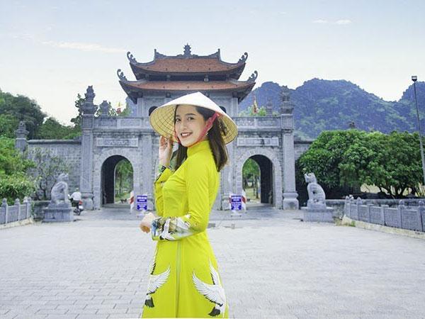 Duyên dáng với tà áo dài đi lễ chùa dịp đầu năm