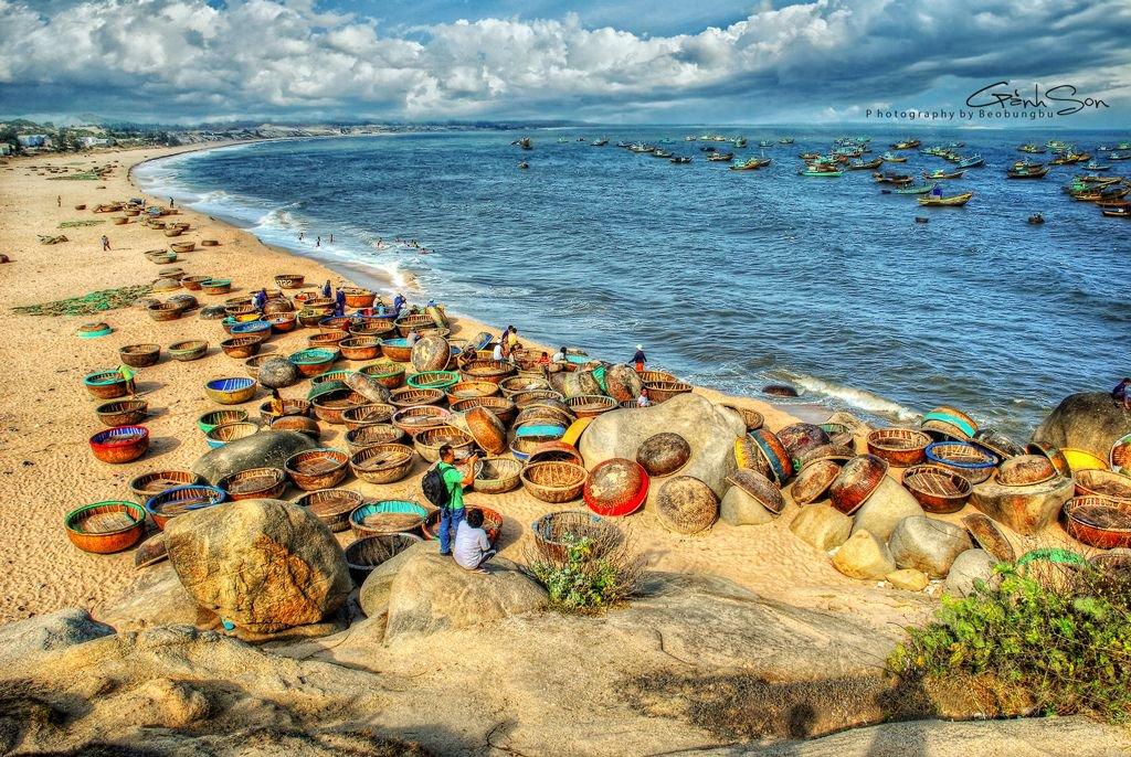 Gành Son với những dãy đá màu son vô cùng đẹp mắt, và bãi biển với nhiều chiếc thuyền thúng sặc sỡ