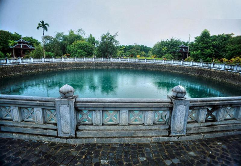 Vẻ đẹp giếng ngọc với nước trong xanh ngọc bích nằm giữa nơi chùa cổ