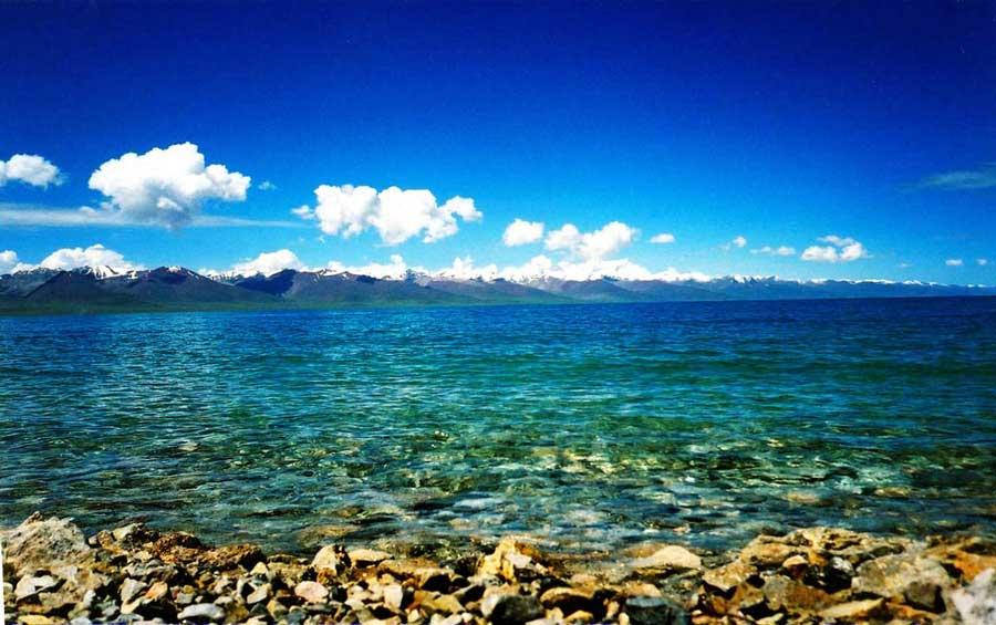 Vẻ đẹp mặt nước trong xanh của hồ nước mặn Namtso