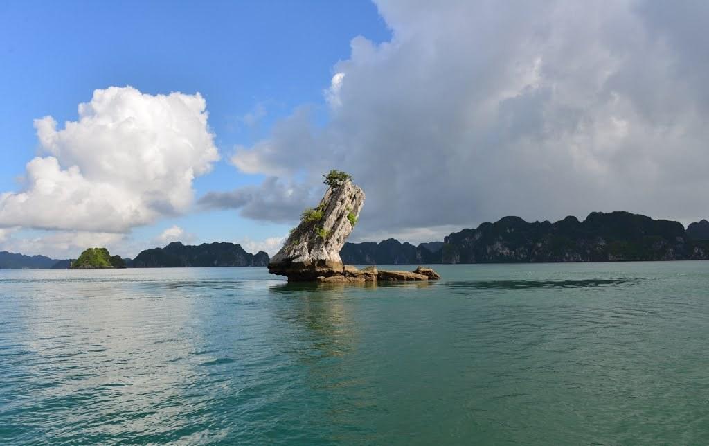 Vẻ đẹp của hòn Con Cóc nằm trên vịnh Hạ Long