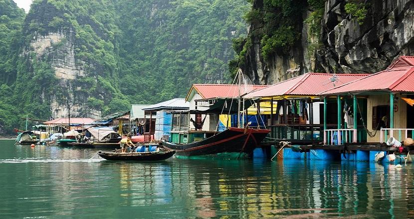 Khung cảnh làng chài Ba Hang nằm yên bình trên Vịnh Hạ Long
