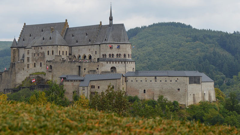 Lâu đài Vianden nằm trên đỉnh đồi tại Luxembourg