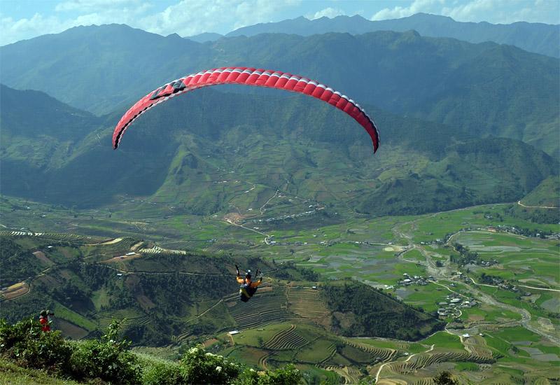 Lượn dù trên ruộng bậc thang Yên Bái