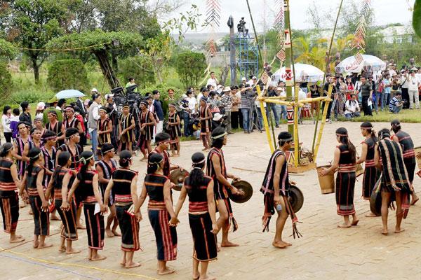 Khung cảnh lễ mừng cơm mới của người đồng bào miền núi - du lịch Sapa