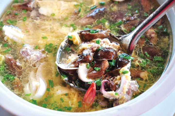 Món canh nấm tràm Phú Quốc có vị đắng thanh thang, ngọt hậu vô cùng độc đáo