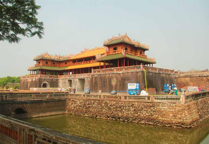 Cố đô Huế hiện lên với những hình ảnh của lăng tẩm và cung điện