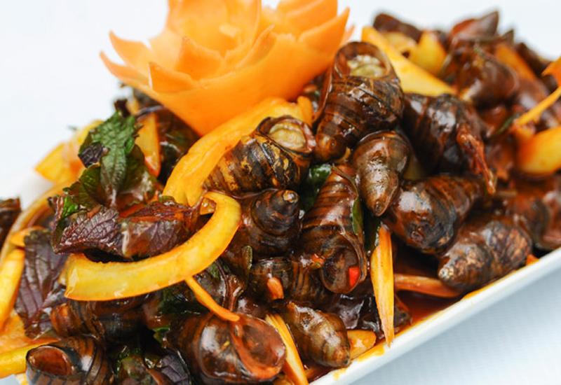 Món ốc xào có lẽ là món ăn vỉa hè phổ biến nhất Vịnh Hạ Long nên giá thành cũng rất rẻ