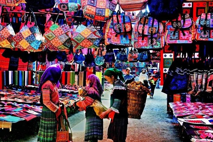 Những món quà lưu niệm mang màu sắc thổ cẩm độc đáo của người dân tộc vùng Đông Bắc