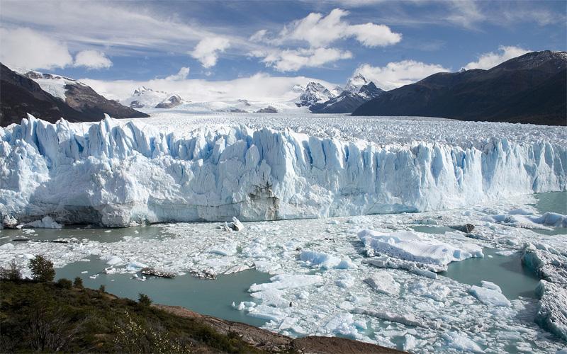Dòng sông băng Karola ngàn năm không tan chảy nằm trên ngọn núi cao Tây Tạng