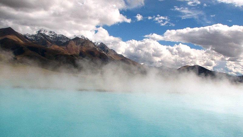 Suối nước nóng Yangbajain là điểm đến du lịch Tây Tạng mùa thu hấp dẫn nhất