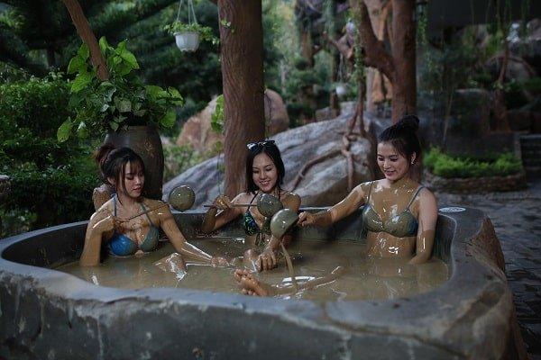 Trải nghiệm tắm bùn ở suối nước nóng Phước Nhơn