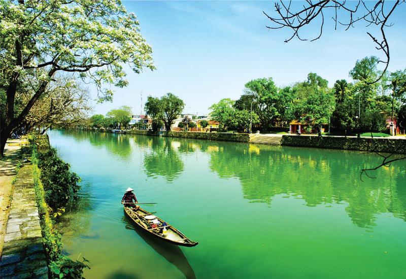 Vẻ đẹp non nước bên sông Hương - Huế