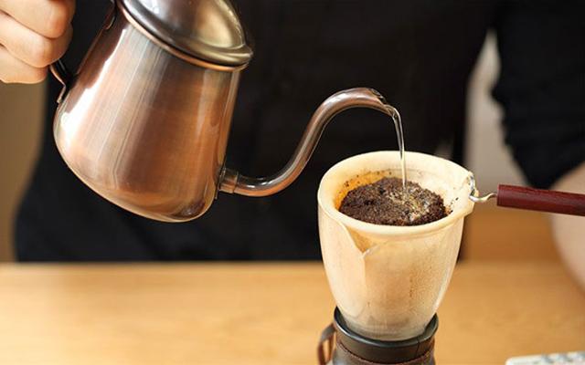 Thưởng thức ly cà phê vợt Sài Gòn theo cách của người Sài Gòn
