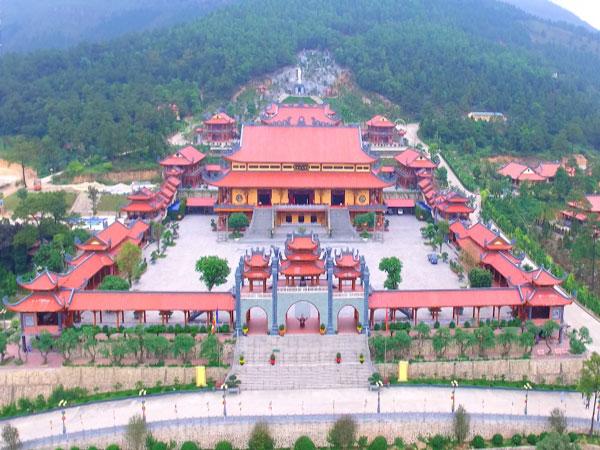 Toàn bộ khung cảnh chùa Ba Vàng