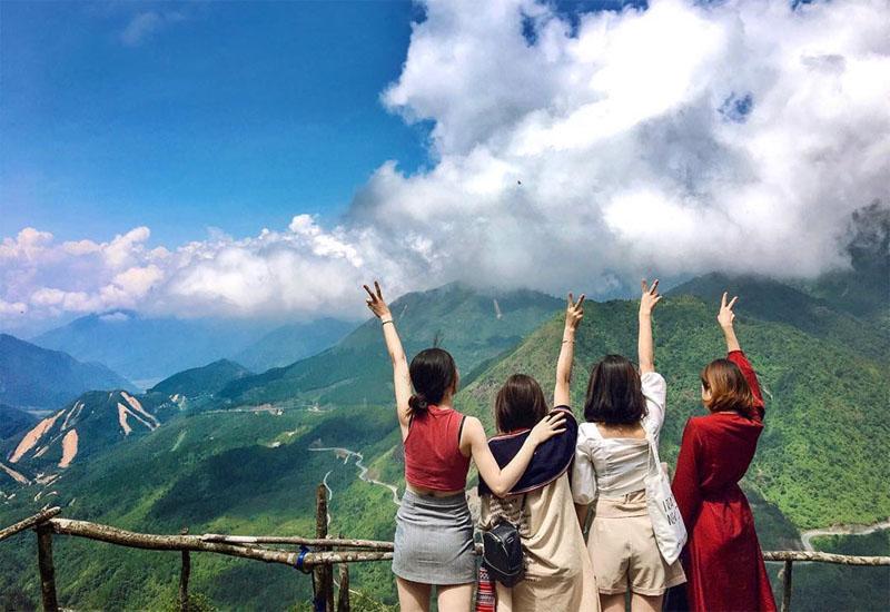 Đi tour du lịch Sapa với bạn bè là một niềm hạnh phúc của tuổi trẻ