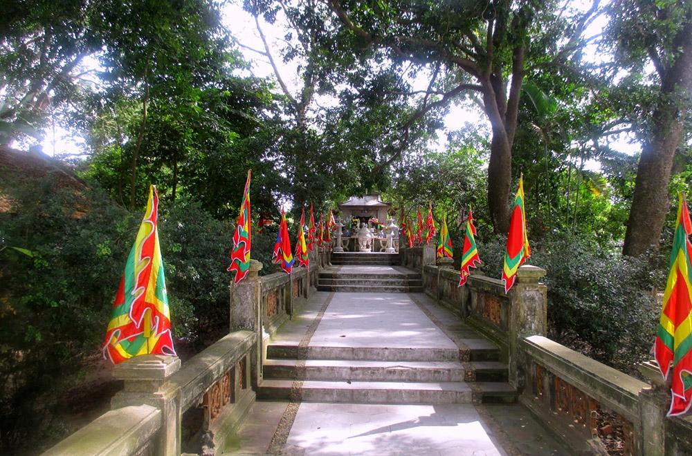 Một góc của lăng Kinh Dương Vương. tour du lịch Bắc Ninh.