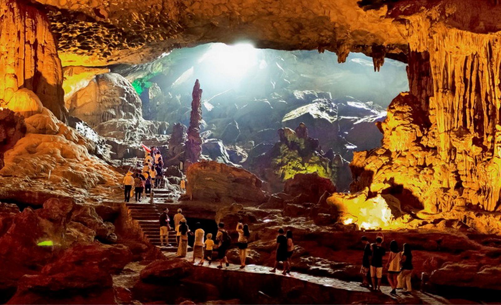 Hang Sửng Sốt cũng là điểm đến vô cùng hấp dẫn khách du lịch Hạ Long.