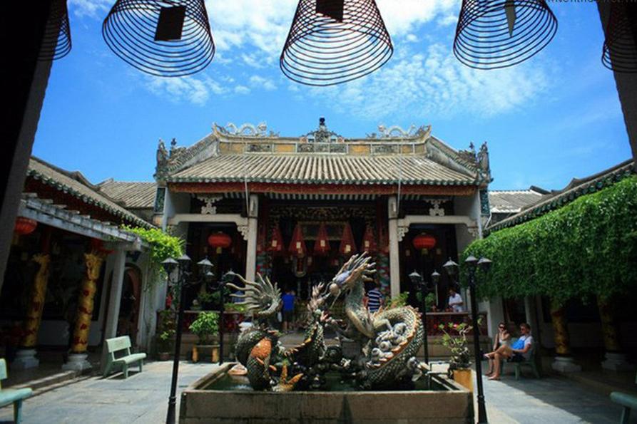 Đi tour Hội An, bạn nhất định phải bước vào không gian, cổ kính ấn tượng của hội quán Quảng Đông này.