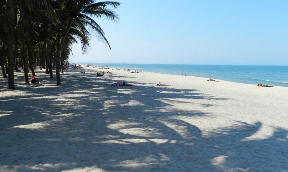 Biển Cửa Đại yên bình bên hàng dừa xanh mát. Tour mien trung.