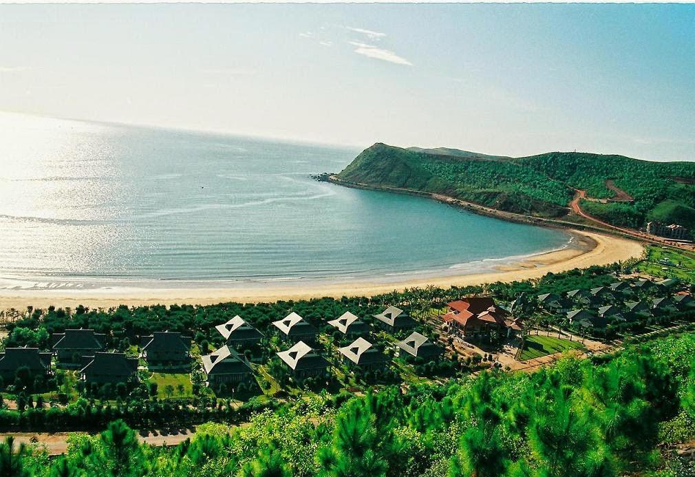 Đi tour miền Trung qua biển Cửa Lò, bạn sẽ ngạc nhiên trước vẻ đẹp của hòn ngọc xanh tươi này.