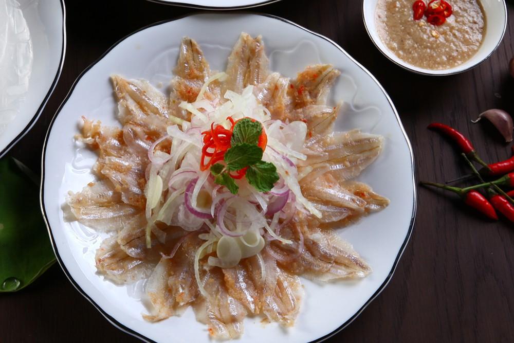 Gỏi cá mai sẽ làm xiêu lòng những thực khách du lịch miền Trung khó tính nhất.