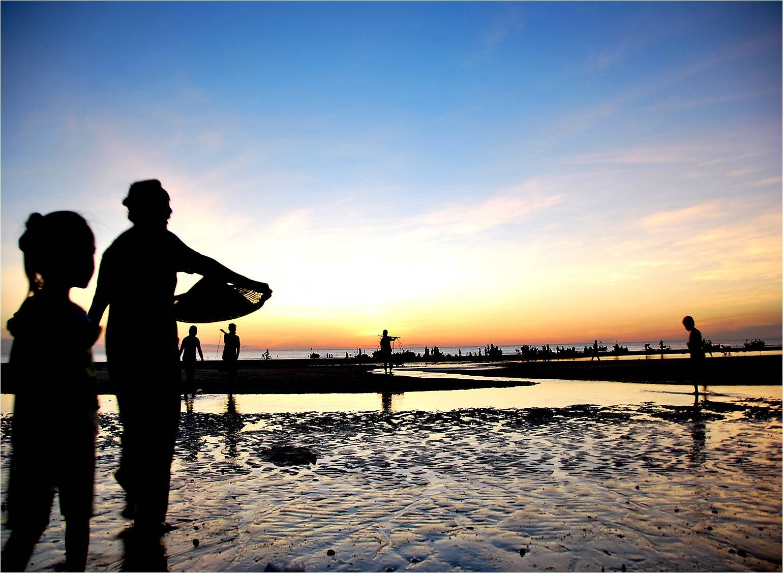 Biển Thuận An tinh khôi vào sáng sớm. Tour du lich mien trung.