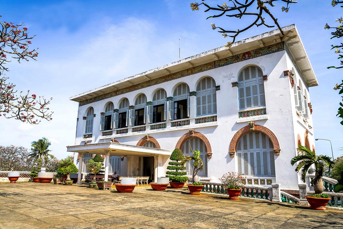 Bạch Dinh cũng là điểm đến tour Vũng Tàu rất thu hút khách du lịch thập phương.